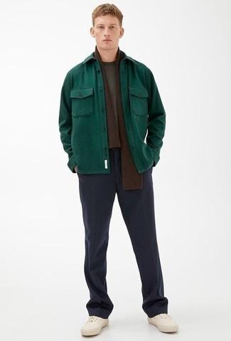 Comment porter une écharpe marron foncé: Pour une tenue aussi confortable que ton canapé, pense à porter une veste-chemise vert foncé et une écharpe marron foncé. Apportez une touche d'élégance à votre tenue avec une paire de des baskets basses en toile blanches.
