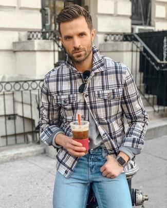 Comment porter: veste-chemise écossaise multicolore, t-shirt à manche longue gris, jean bleu clair, lunettes de soleil noires