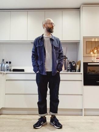 Comment porter une veste-chemise avec un t-shirt à manche longue: Pense à marier une veste-chemise avec un t-shirt à manche longue pour une tenue idéale le week-end. Tu veux y aller doucement avec les chaussures? Fais d'une paire de des chaussures de sport bleu marine ton choix de souliers pour la journée.