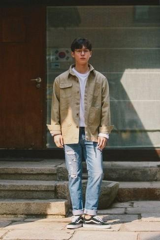 Comment s'habiller à l'adolescence: Pense à porter une veste-chemise marron clair et un jean déchiré bleu clair pour obtenir un look relax mais stylé. Une paire de des baskets basses en toile noires et blanches est une option judicieux pour complèter cette tenue.
