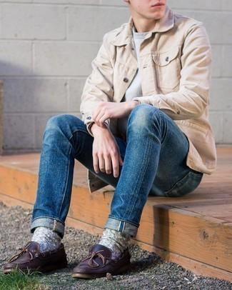 Comment porter des chaussures bateau en cuir marron foncé: Pour une tenue de tous les jours pleine de caractère et de personnalité essaie d'associer une veste-chemise en velours côtelé beige avec un jean bleu. Une paire de chaussures bateau en cuir marron foncé est une option astucieux pour complèter cette tenue.