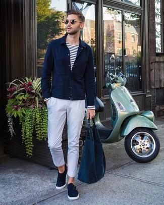 Comment porter: veste-chemise bleu marine, t-shirt à manche longue à rayures horizontales blanc et bleu marine, pantalon chino blanc, double monks en daim bleu marine