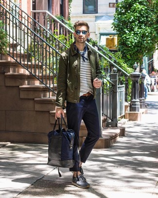 Comment porter: veste-chemise olive, t-shirt à manche longue à rayures horizontales blanc et bleu marine, pantalon chino bleu marine, baskets basses en daim gris foncé