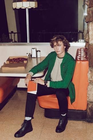 Comment porter des bottes de loisirs en cuir noires: Essaie d'associer une veste-chemise verte avec un pantalon chino noir pour un look idéal au travail. Cette tenue se complète parfaitement avec une paire de des bottes de loisirs en cuir noires.