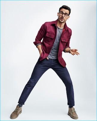Comment porter: veste-chemise pourpre, t-shirt à manche longue gris, pantalon chino bleu marine, bottines chukka en daim marron