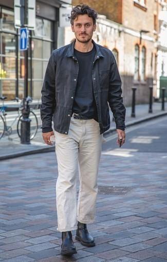 Comment porter une veste-chemise avec un t-shirt à manche longue: Essaie d'harmoniser une veste-chemise avec un t-shirt à manche longue pour affronter sans effort les défis que la journée te réserve. Une paire de des bottines chelsea en cuir noires est une façon simple d'améliorer ton look.