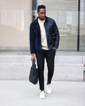 Comment porter une serviette en nylon noire quand il fait chaud: Associe une veste-chemise en velours côtelé bleu marine avec une serviette en nylon noire pour une tenue relax mais stylée. Fais d'une paire de baskets basses en toile blanches ton choix de souliers pour afficher ton expertise vestimentaire.