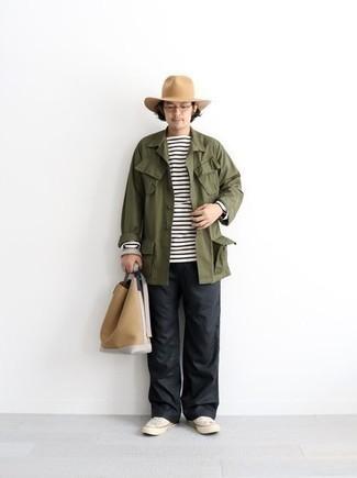 Comment porter un chapeau: Pense à opter pour une veste-chemise olive et un chapeau pour une tenue relax mais stylée. Jouez la carte classique pour les chaussures et complète cet ensemble avec une paire de baskets basses en toile blanches.