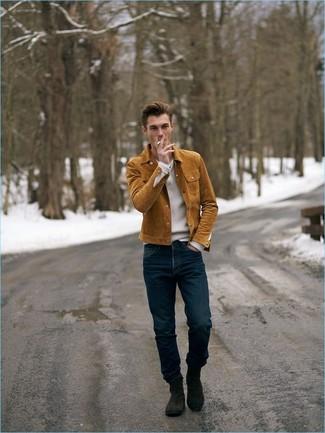 Comment porter: veste-chemise en daim tabac, pull à col en v blanc, jean bleu marine, bottines chelsea en daim marron foncé