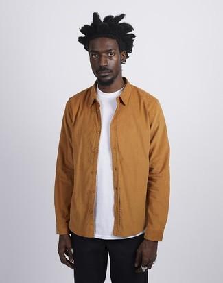 Comment porter: veste-chemise tabac, t-shirt à col rond blanc, pantalon chino noir
