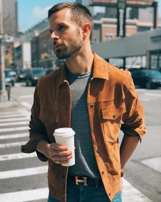 Comment porter: veste-chemise en daim tabac, t-shirt à col rond gris, jean bleu, ceinture en cuir noire