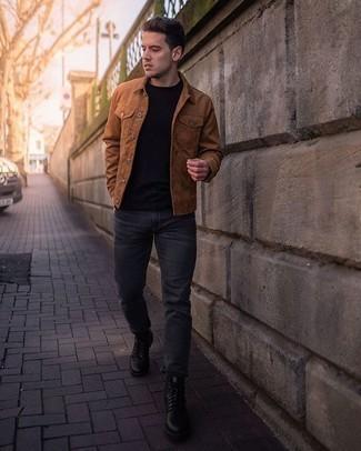 Comment porter un t-shirt à col rond noir: Harmonise un t-shirt à col rond noir avec un jean gris foncé pour une tenue confortable aussi composée avec goût. Jouez la carte classique pour les chaussures et assortis cette tenue avec une paire de des bottes de loisirs en cuir noires.