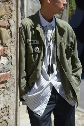 Comment porter une veste-chemise vert foncé: Harmonise une veste-chemise vert foncé avec un pantalon de costume gris foncé pour une silhouette classique et raffinée.