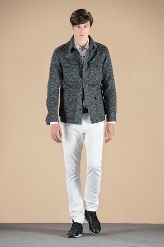 Comment porter une veste-chemise vert foncé: Pense à porter une veste-chemise vert foncé et un jean blanc pour une tenue idéale le week-end. Une paire de des baskets basses en cuir noires apportera un joli contraste avec le reste du look.