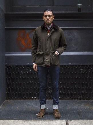 Comment porter une veste à col et boutons vert foncé avec un jean bleu marine: Opte pour une veste à col et boutons vert foncé avec un jean bleu marine pour obtenir un look relax mais stylé. Jouez la carte classique pour les chaussures et opte pour une paire de des bottes de loisirs en cuir marron.