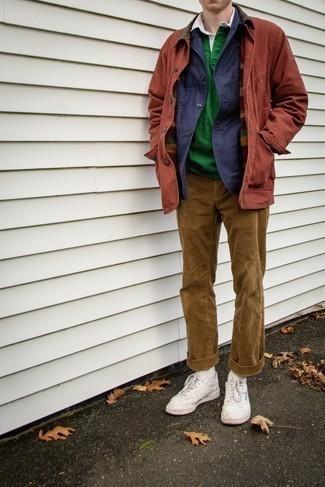 Comment s'habiller en automne: Opte pour une veste-chemise bleu marine avec un pantalon chino en velours côtelé marron clair pour aller au bureau. Jouez la carte décontractée pour les chaussures et complète cet ensemble avec une paire de des baskets basses en cuir blanches. Cette tenue va parfaitement avec la saison automnale.