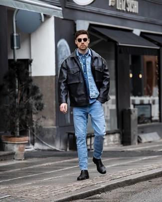 Comment porter une chemise en jean bleue: Pense à marier une chemise en jean bleue avec un jean bleu clair pour un déjeuner le dimanche entre amis. D'une humeur créatrice? Assortis ta tenue avec une paire de bottines chelsea en cuir noires.