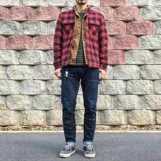 Comment porter: veste-chemise à carreaux rouge et noir, veste en jean marron clair, t-shirt à col rond à rayures horizontales gris foncé, jean bleu marine