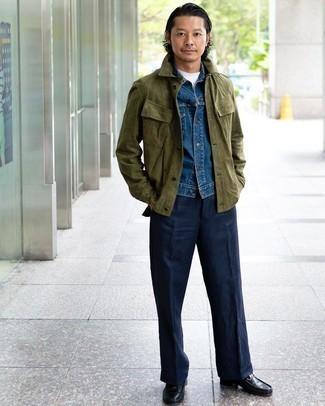 Tendances mode hommes: Essaie d'harmoniser une veste-chemise en daim olive avec un pantalon de costume bleu marine pour dégager classe et sophistication. Cette tenue se complète parfaitement avec une paire de slippers en cuir noirs.