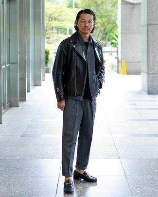 Comment porter une veste-chemise grise: Essaie d'associer une veste-chemise grise avec un pantalon de costume gris pour un look pointu et élégant. Cet ensemble est parfait avec une paire de slippers en cuir noirs.