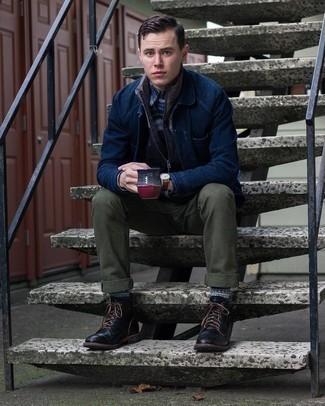 Comment porter une veste-chemise bleu marine: Harmonise une veste-chemise bleu marine avec un pantalon chino olive pour créer un look chic et décontracté. Assortis ce look avec une paire de bottes de loisirs en cuir noires.