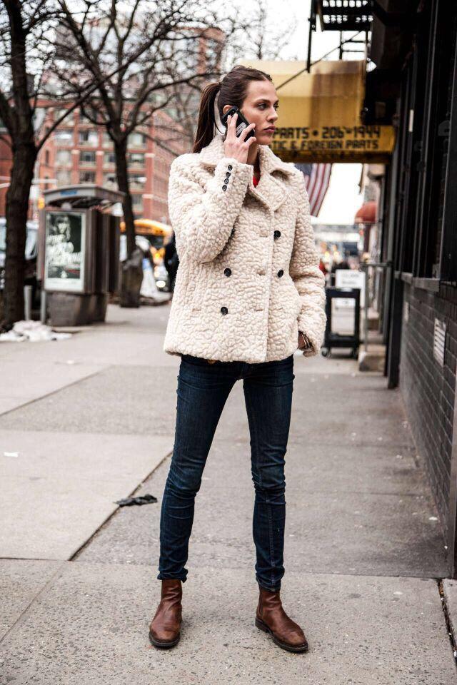 https://cdn.lookastic.fr/looks/veste-de-fourrure-beige-jean-skinny-bleu-marine-bottines-chelsea-en-cuir-marron-fonce-original-6859.jpg
