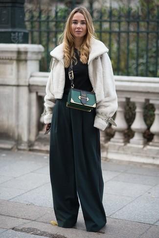 Comment porter: veste de fourrure blanche, combinaison pantalon vert foncé, sac bandoulière en cuir vert foncé