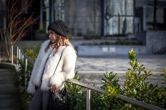 Comment porter: veste de fourrure blanche, jean gris, sac bandoulière en cuir à franges noir, bonnet en tricot noir