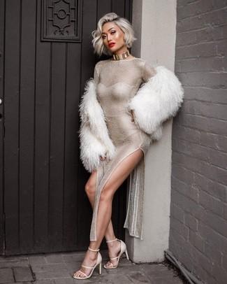 Comment porter: veste de fourrure blanche, robe longue fendue argentée, sandales à talons en cuir blanches, collier ras de cou doré