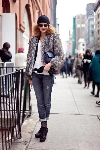 Comment porter: veste de fourrure grise, blazer noir, t-shirt à col en v blanc, jean gris foncé