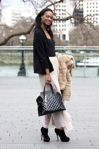 Comment porter des bottines en daim noires: Marie une veste de fourrure beige avec une jupe longue en chiffon plissée blanche pour obtenir un look relax mais stylé. Une paire de des bottines en daim noires est une option astucieux pour complèter cette tenue.