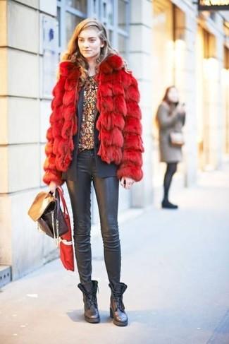 Comment porter: veste de fourrure rouge, blazer gris foncé, t-shirt à col rond à fleurs bordeaux, jean skinny en cuir noir