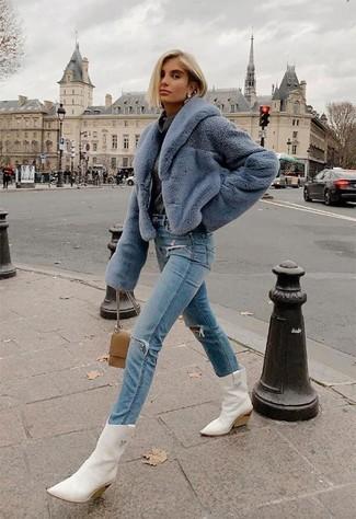 Comment porter un jean déchiré bleu clair: Pense à associer une veste de fourrure bleu clair avec un jean déchiré bleu clair pour une tenue confortable aussi composée avec goût. Si tu veux éviter un look trop formel, termine ce look avec une paire de des bottes western en cuir blanches.