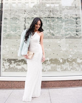 Comment porter: veste de fourrure bleu clair, robe de soirée en dentelle à fleurs blanche, pochette en cuir matelassée beige