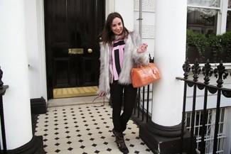 Comment porter: veste de fourrure grise, chemisier à manches courtes à rayures verticales rose et noir, jean skinny imprimé noir, bottines plates à lacets en cuir à clous noires
