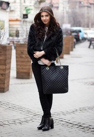 Comment porter une veste de fourrure: Marie une veste de fourrure avec un pantalon slim noir si tu recherches un look stylé et soigné. Cette tenue est parfait avec une paire de des bottines en cuir noires.