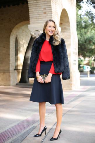 Comment porter: veste de fourrure noire, chemisier à manches longues rouge, jupe évasée noire, escarpins en cuir noirs