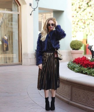 Comment porter: veste de fourrure bleu marine, chemisier à manches longues noir, jupe mi-longue plissée dorée, bottines élastiques noires