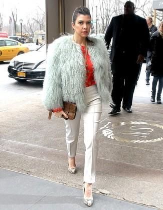 Comment porter: veste de fourrure grise, chemisier à manches longues imprimé rouge, pantalon slim blanc, escarpins en cuir imprimés serpent gris