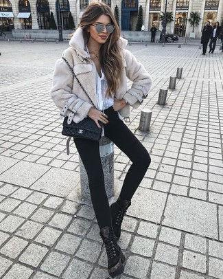 Tenue: Veste de fourrure beige, Chemisier boutonné en chiffon blanc, Jean skinny noir, Bottines plates à lacets en daim noires