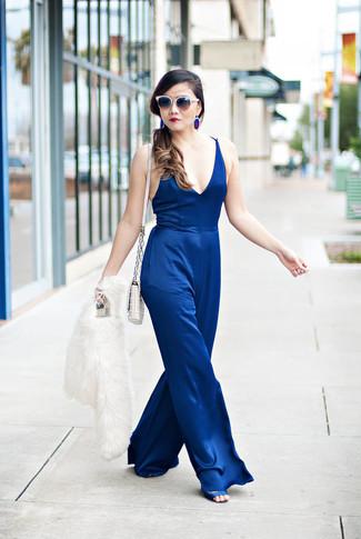 Comment porter une veste de fourrure blanche: Marie une veste de fourrure blanche avec une combinaison pantalon bleue pour créer un style chic et glamour. Une paire de des sandales à talons en satin bleues est une option astucieux pour complèter cette tenue.