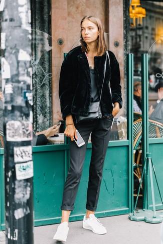 Comment porter: veste de fourrure noire, débardeur en soie noir, pantalon de costume noir, baskets basses en cuir blanches