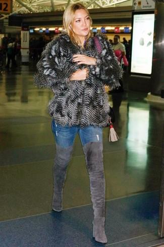 Comment porter: veste de fourrure gris foncé, jean skinny bleu, cuissardes en daim gris foncé