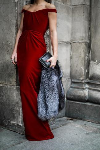 Comment porter une veste de fourrure grise: Porte une veste de fourrure grise et une robe de soirée en velours rouge pour dégager classe et sophistication.