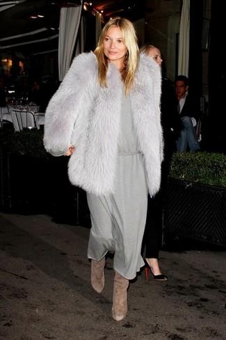 Comment porter: veste de fourrure grise, robe midi grise, bottes hauteur genou en daim marron