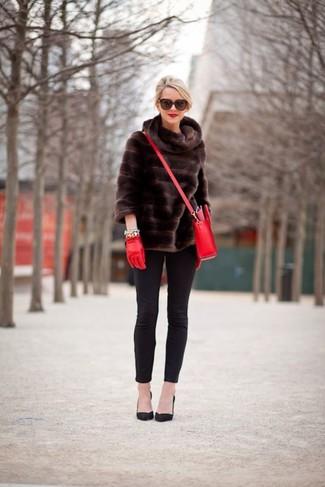 Comment porter: veste de fourrure marron foncé, jean skinny noir, escarpins en daim noirs, sac bandoulière en cuir rouge