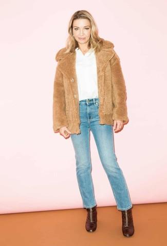 Comment porter: veste de fourrure marron clair, chemisier à manches longues blanc, jean bleu, bottines en cuir bordeaux