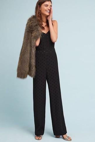 Comment porter: veste de fourrure marron, combinaison pantalon en broderie anglaise noire, sandales à talons en cuir argentées