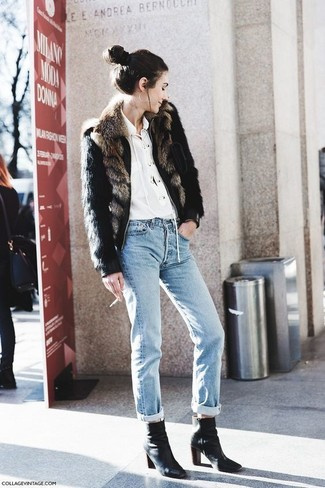 Comment porter un jean boyfriend bleu clair: Associe une veste de fourrure noire avec un jean boyfriend bleu clair pour une tenue confortable aussi composée avec goût. Cette tenue se complète parfaitement avec une paire de des bottines en cuir noires.