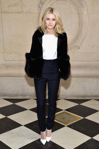 Comment porter: veste de fourrure noire, chemisier à manches longues blanc, pantalon carotte bleu marine, escarpins en cuir blancs